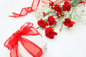 Gift and flower — Stock Photo