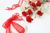 Prezent i kwiaty — Zdjęcie stockowe