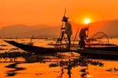 Pescadores em sunset de lagos inle, myanmar — Foto Stock