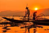 Rybáři v západu slunce jezera inle, myanmar — Stock fotografie