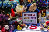 波士顿城-apr 30: 临时纪念马拉松爆炸受害者在科普利广场,波士顿,马萨诸塞州,在 2013 年 4 月 30 日。数以百计的人献上鲜花,显示消息的 4 名受害者的希望. — 图库照片