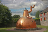 Old big copper whiskey distillery outdoor — Foto Stock