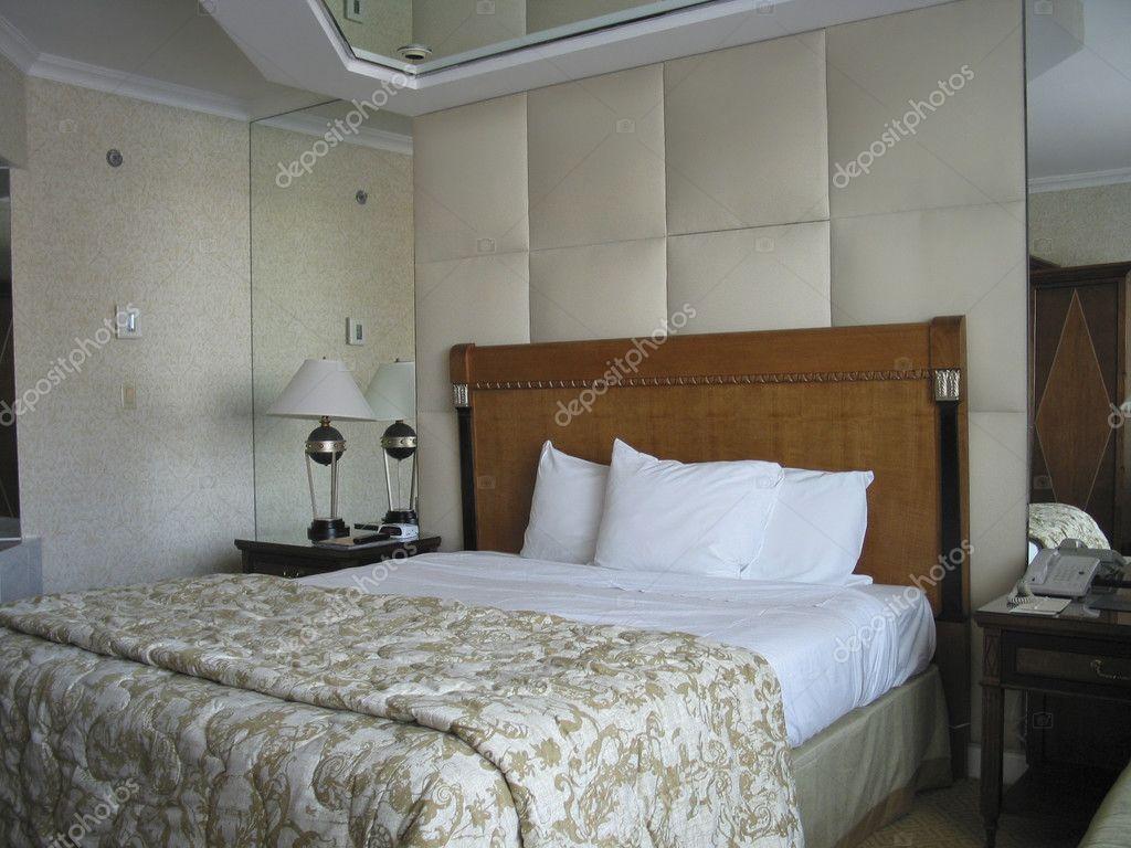 Chambre lit king size for Miroir plafond chambre