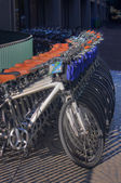Rij van geparkeerde fietsen — Stockfoto