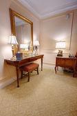 Chambre avec coiffeuse et miroir — Photo