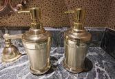 液体石鹸 2 個の真鍮製容器 — ストック写真