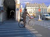 Healthy businessman makes city trip by bike — Stock Photo