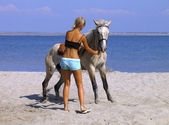 Young lady and her horse on the beach — Stock Photo