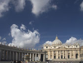 St. Peter's basilica with colonade and fountain — Stock Photo