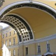 Main entrance arch to palatial square of St. Petersburg — Stock Photo