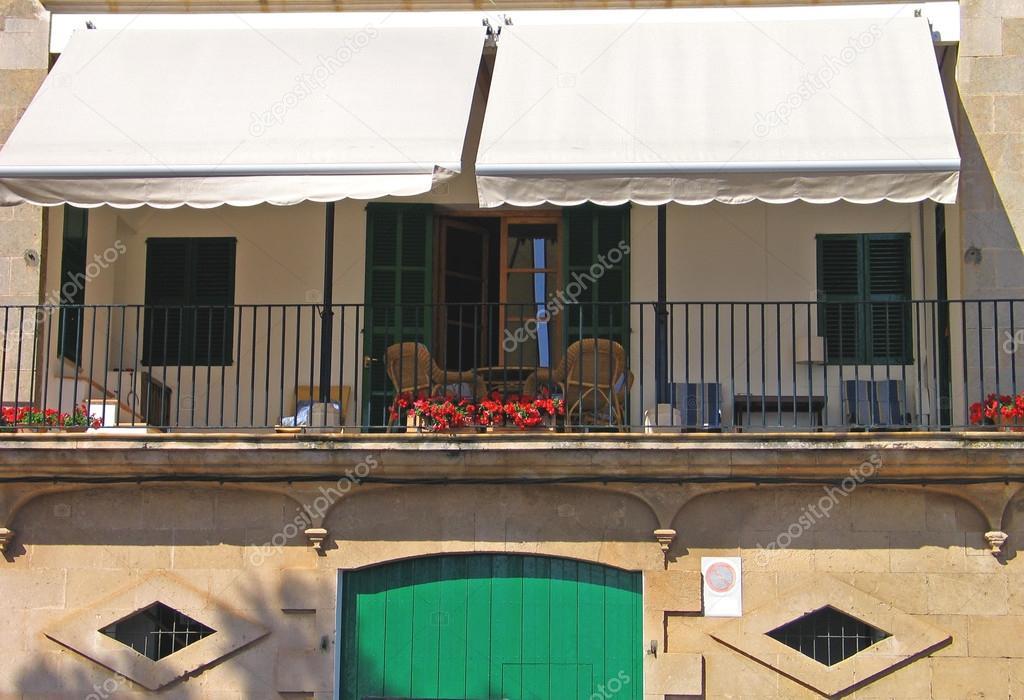 Terraza en el segundo piso con toldo foto de stock for Terrazas en segundos pisos