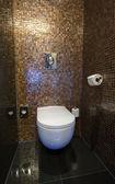 Toalettrum med vitt handfat — Stockfoto