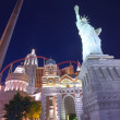 Working round-the-clock modern Vegas hotel and casino New York with replica of the Statue of Liberty at night scene — Stock Photo