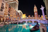 The Venetian hotel and replica of a Grand canal in Las Vegas at night — Foto de Stock