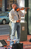 Afro-American street musician playing on violin — Stock Photo