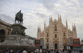 Monument king Victor Emmanuel and Milan Cathedral at crowded Piazza del Duomo — Stock Photo