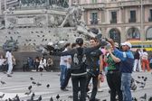 Tourists and pigeons crowd the Piazza del Duomo - a good place for photography — Stock Photo