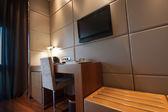 Studovna s psací stůl židle a lcd televizor — Stock fotografie
