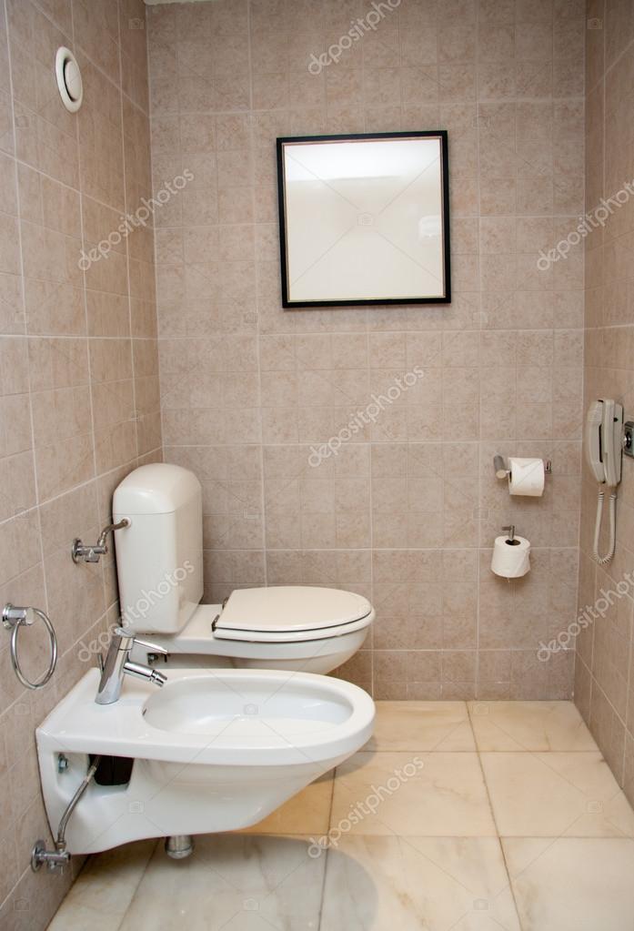 salle de toilette avec lavabo blanc et bidet photographie drserg 24785673. Black Bedroom Furniture Sets. Home Design Ideas