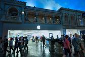LAS VEGAS, NEVADA - APRIL 12, 2011: Entrance to Apple Store in u — Stock Photo