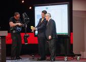 マイクロソフト社長北米ジャドソン アルソフ副社長キリル タタリノフ (右) マイクロソフト収束会議でマイクロソフトにモバイル アプリケーションを示しています — ストック写真