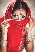 Piękna kobieta indyjska panna młoda w sari tańca bellydance. arabian bellydancer w bollywood dance — Zdjęcie stockowe