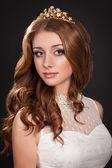 美丽新娘红色婚纱与新娘化妆和发型的头发女人。王绍光女孩时尚。完美的肌肤,长时间健康光泽的头发。美容大赛优胜者。公主. — 图库照片