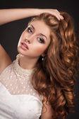 Mujer de moda pelo rojo con rizado largo pelo piel perfecta y maquillaje con vestido blanco. chica con corte de pelo elegante. productos de salud y belleza. cuidado de la piel. spa. modelo de belleza — Foto de Stock