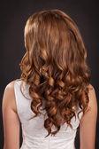 Mujer morena de hermoso pelo largo con pelo oscuro rizado sano y elegante peinado. modelo de belleza chica adolescente. señora con pelo largo y rizado brillante en estudio. productos de salud y belleza — Foto de Stock