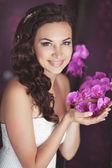 Bella sposa nel giorno del matrimonio in abito da sposa — Foto Stock