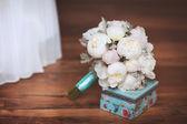 Bruid boeket van bruiloft bloemen witte pioen. — Stockfoto