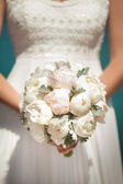 Wedding bride bouquet of fresh bridal flowers — Stock Photo