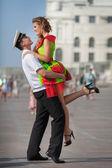 Glücklicher Mann und Frau auf Partnersuche, Liebespaar, umarmen. — Stockfoto