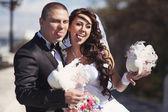 Nieuw echtpaar toon tongen — Stockfoto
