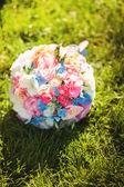 Ramo de novia en la hierba — Foto de Stock