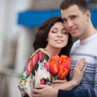 Happy couple with spring bouquet tulips — Stockfoto