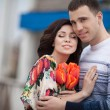 Happy couple with spring bouquet tulips — Foto Stock