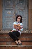 Beautiful woman read book at street — Zdjęcie stockowe