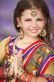 Indian girl in traditional dress and Indian jewelry — Stock Photo