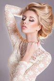 Beauty woman with wedding hairstyle and makeup. — Stock Photo