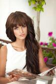Atrakcyjna młoda kobieta w kawiarni z menu. piękne smutną dziewczynę samotnie w restauracji. — Zdjęcie stockowe