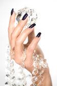 Mãos de mulher bonita com grande diamante — Foto Stock