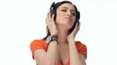 Ung vacker sexig tjej, lyssna på musik i hörlurar — Stockvideo