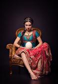 Une belle princesse indienne en costume national et oeuf — Photo