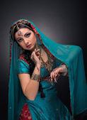 Ulusal elbiseli güzel bir hintli prenses — Stok fotoğraf