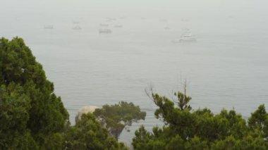 小船在海上雾中 — 图库视频影像