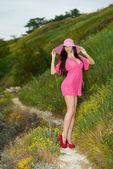 Piękna brunetka z długimi włosami na tle skał — Zdjęcie stockowe