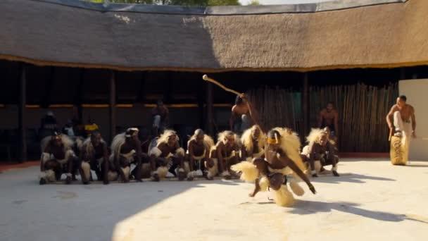 Johannesburgo - 25 de mayo: las danzas populares de Botswana y Sudáfrica en Johannesburgo, Sudáfrica, el 25 de mayo 2012. — Vídeo de stock