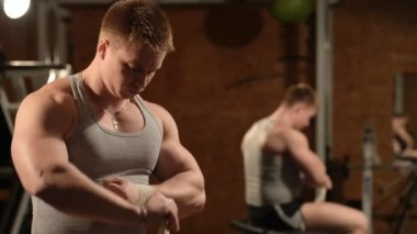 Zdravé svalnatý mladík pózuje ve studiu — Stock video