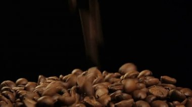 Coffee beans in a cup and crawl welded — Stock Video
